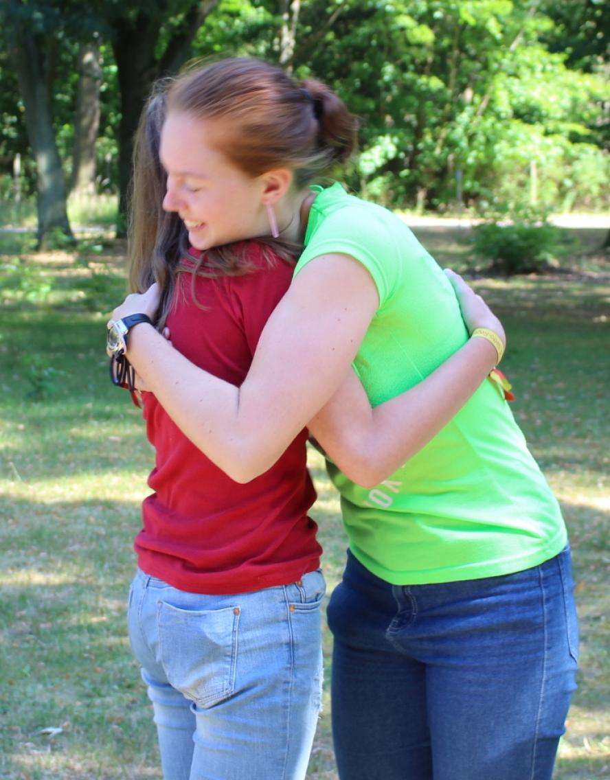 Deutsch-polnischer Kultursommer 2018 - Mädchen umarmen sich