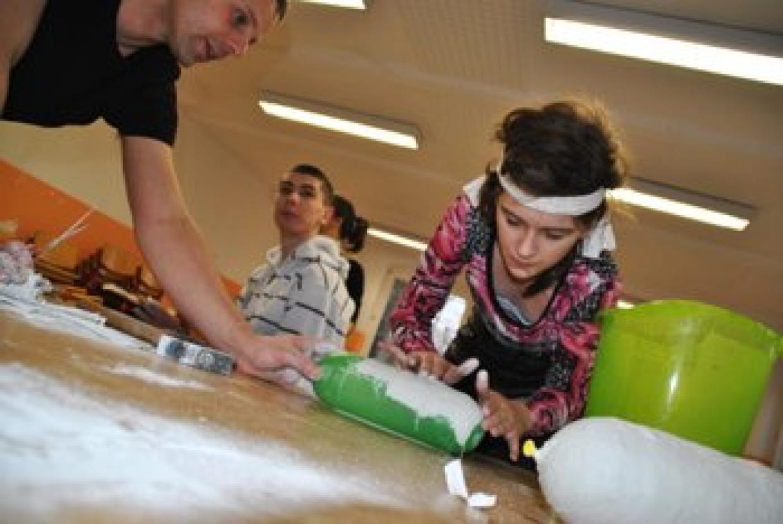 Kreativ und international - Jugendliche bei Gipsarbeiten im deutsch-polnischen Workshop