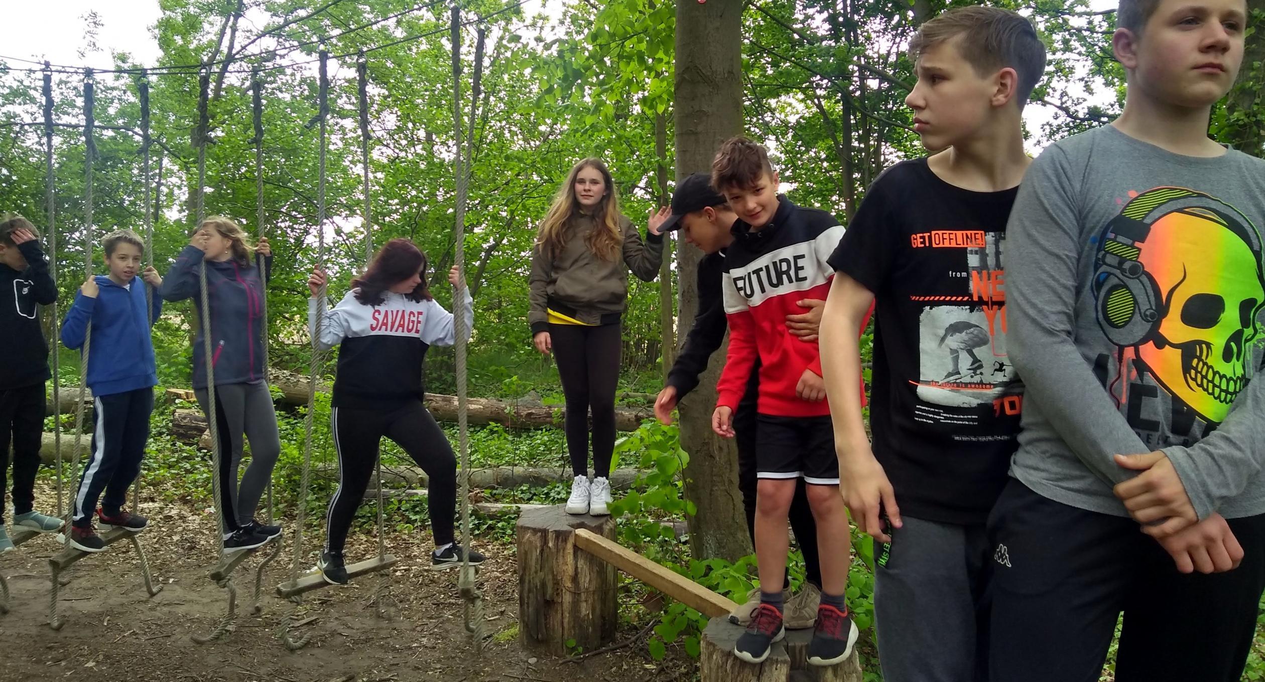 Kooperationsübung auf dem Niedrigseilgarten