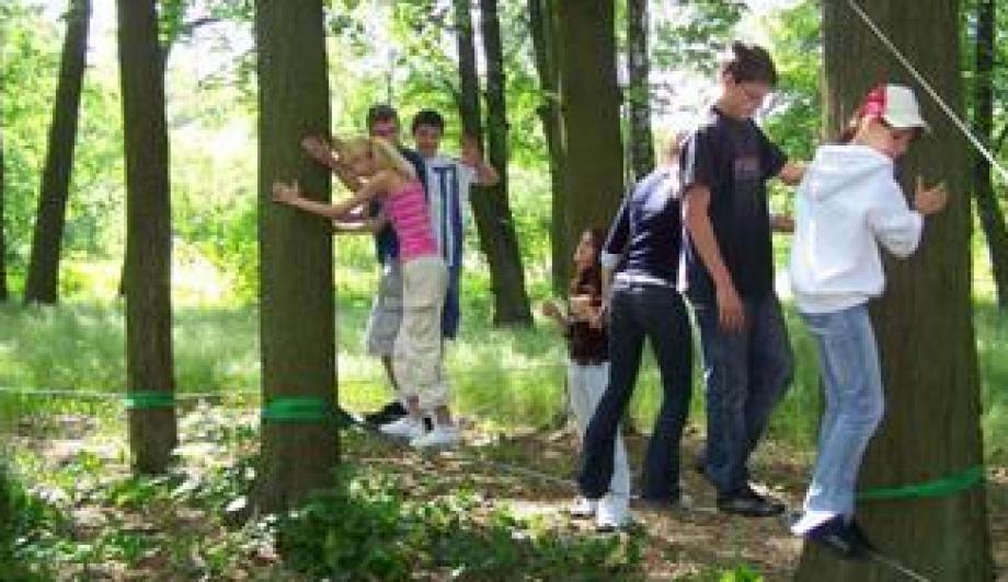 Jugendliche auf dem Niedrigseilgarten