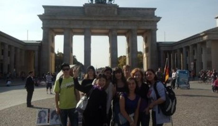 Deutsch-polnische Jugendgruppe vorm Brandenburger Tor