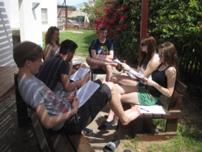 Seminararbeit im Kibbuz unter blühenden Bäumen