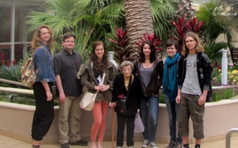 Besuch bei der 100-jährigen Gretel Baum-Mérom in Haifa während des Jugendaustauschs - Foto: JBS Kurt Löwenstein