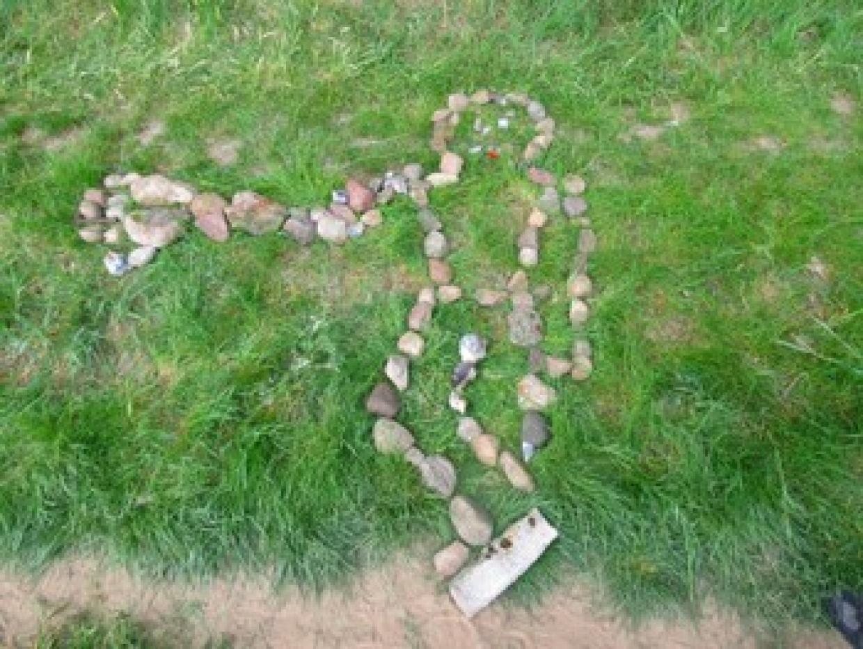 """""""Landart"""": Eine Arbeitsgruppe formte Skulpturen aus natürlichen Materialien."""