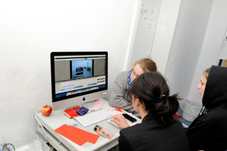Die Arbeitsgruppe Animationsfilm beim Schnitt.
