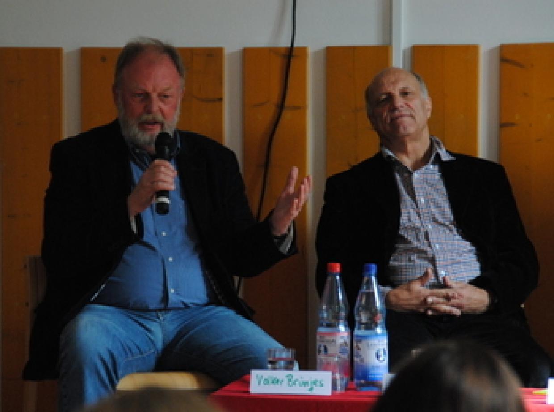Volker Brünjes (l.) und Wolfgang Hecht ließen die ersten zwanzig Jahre der Bildungsstätte Revue passieren.