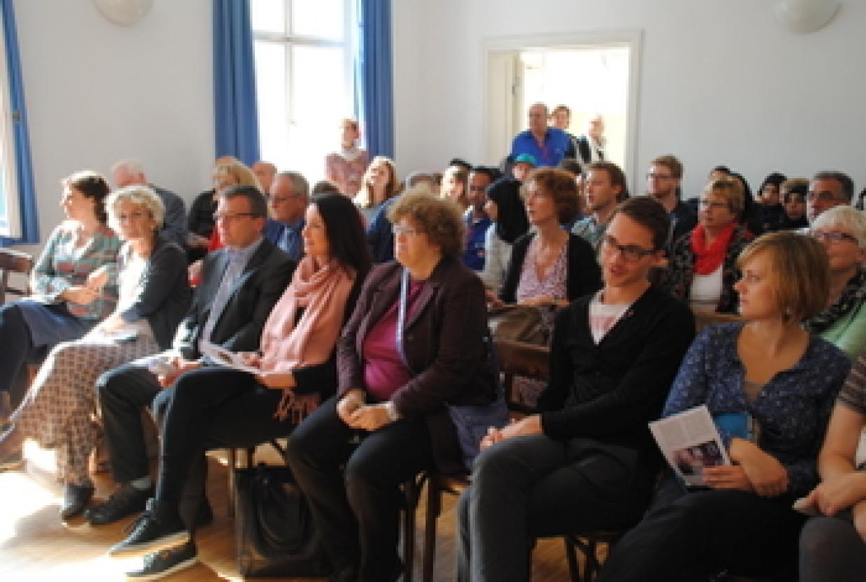 Das interessierte Publikum (vorne rechts: die Falken-Bundesvorsitzenden Immanuel Benz und Josephin Tischner)