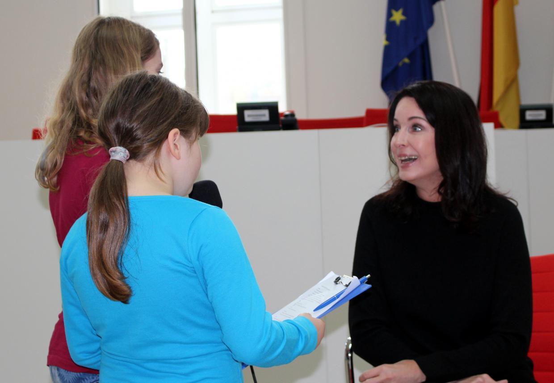 Kinder interviewen die Abgeordnete Britta Müller (SPD).