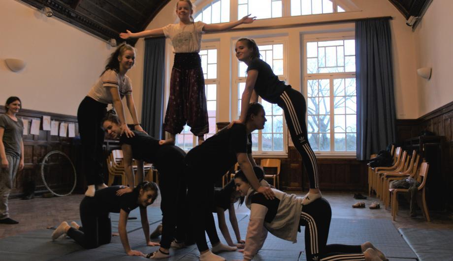 """Mädchen bauen eine menschliche Pyramide - Akrobatik bei """"Girls bite"""" 2019"""
