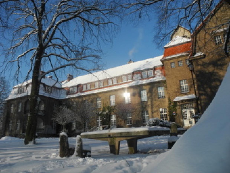 Winterschule im verschneiten Kurt-Löwenstein-Haus