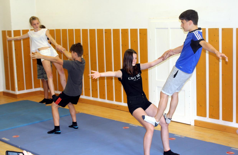 Kinder bei Akrobatik