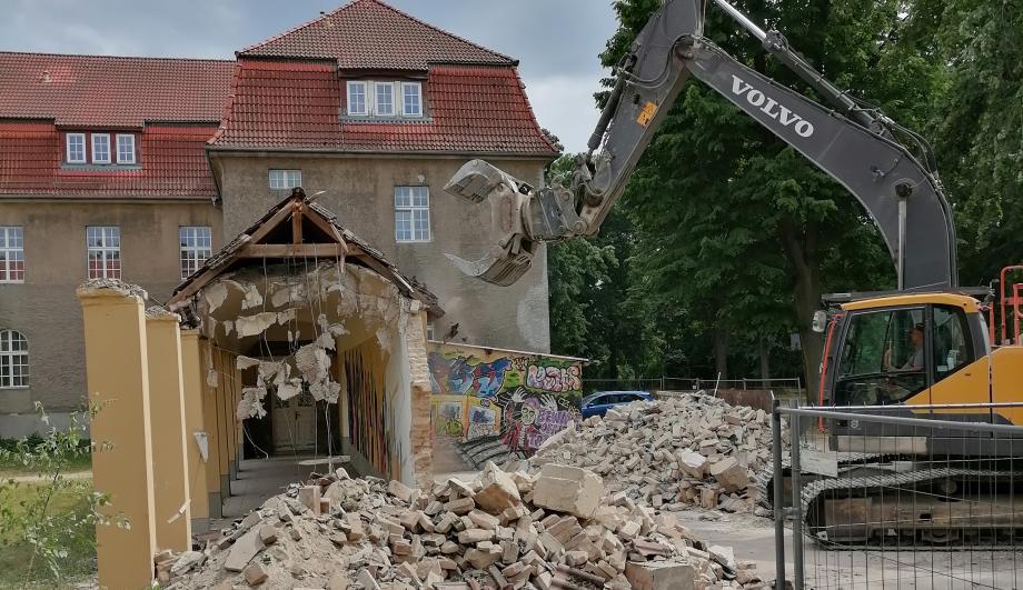 Abbrucharbeiten am bisherigen Wandelgang im Innenhof