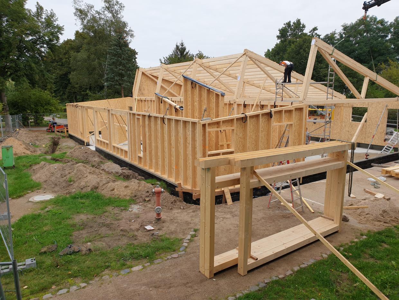 Die neue Halle nimmt Form an: Holz-Rohbau steht.